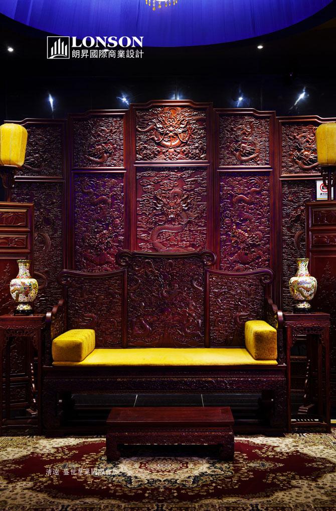两盏巨大奢华的水晶吊灯之下,摆放的是舒适,宽大的宫廷式红色绒质沙发