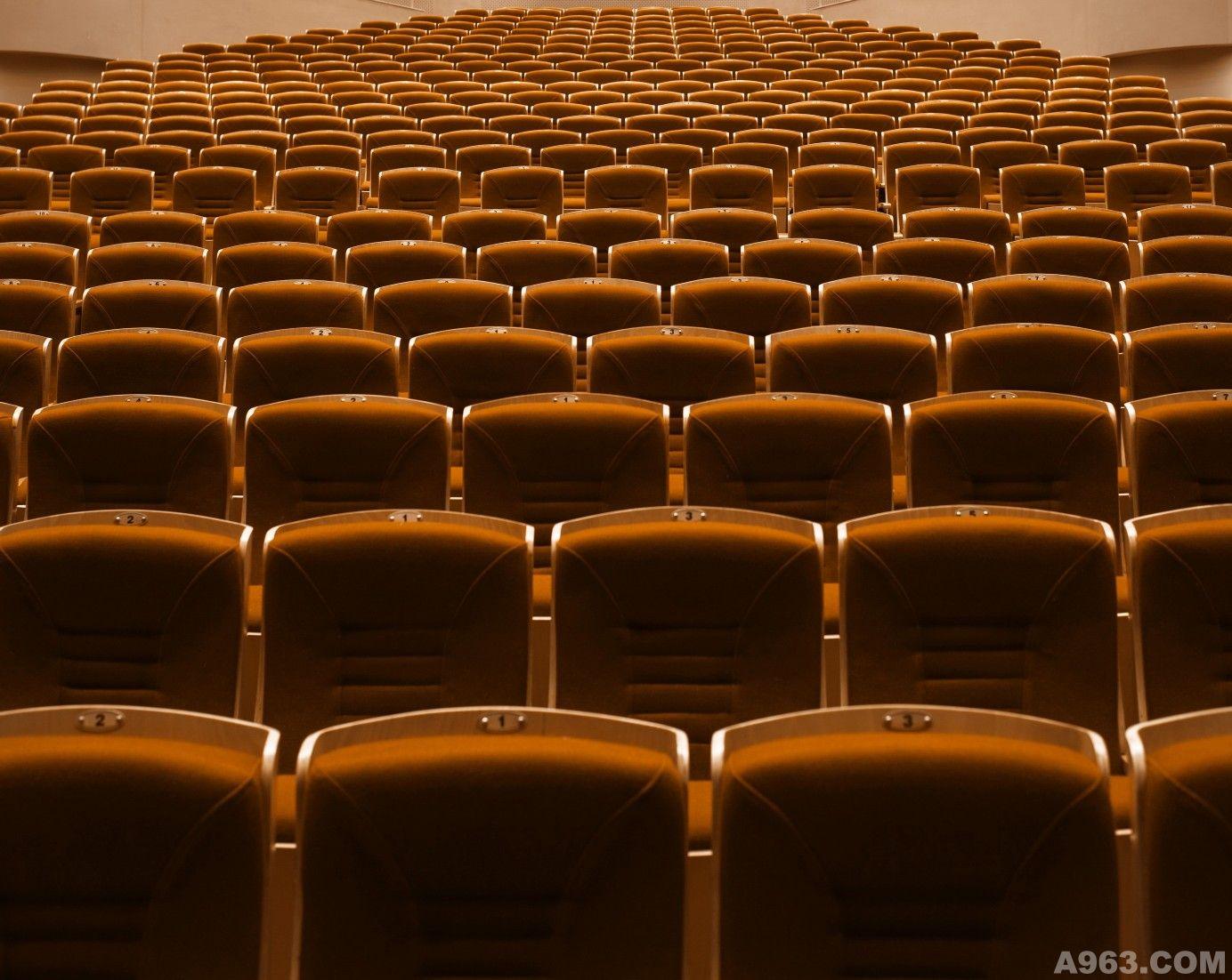 """在东四十条桥西南角,与保利大剧院隔街相望的东方剧院绝对是北京这座城市别致的所在,不是传统的正方体或者长方体,外表还全部被红铜色的金属管包裹,远远看去像一座金灿灿的管风琴,静静的俯视着如梭的车流,静静的提示着路过的人们:""""您已进入这座城市的舞台。"""" 干净纯粹,明快清透,是走进这座剧院的直观感受,大堂顶篷是剧院收藏的铜雕艺术大师的作品""""声音"""",将无形的音乐律动转化为有形的室内造型,起伏流畅的铜雕造型与舞台艺术交相辉映。咖啡厅散发着浓郁的香味,环廊陈列着大师的画作"""