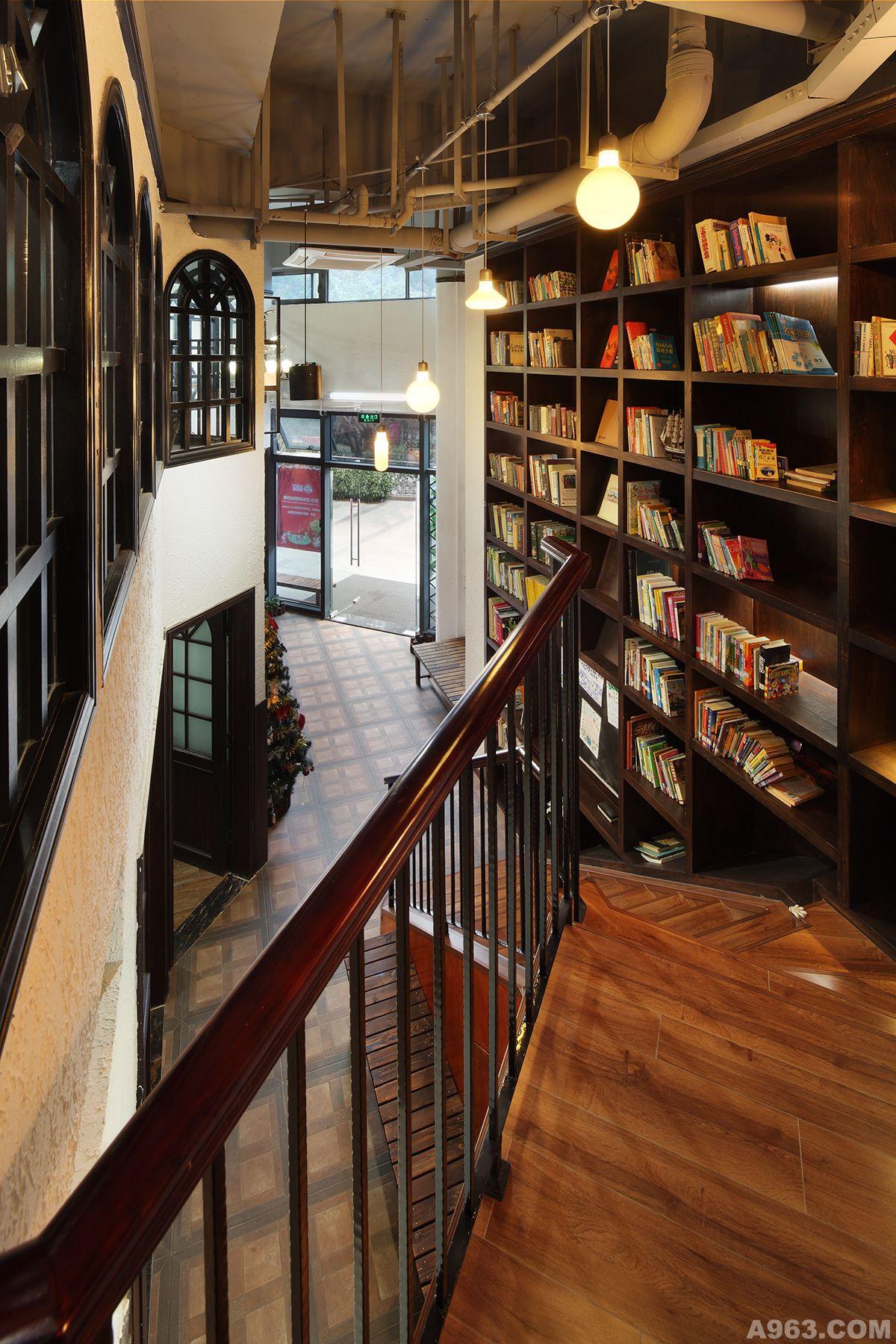 随用随挂的取拿方式,既给阅读者提供了便利,同时还提升了空间的使用范围,在这个原本狭窄的楼梯间创造出一个私密的书吧,不禁令人感到兴奋。