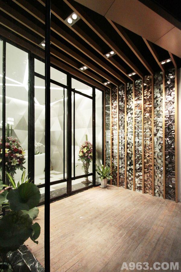 入口处玻璃橱窗内堆积了满满的小铝块,极具艺术感染力,别具