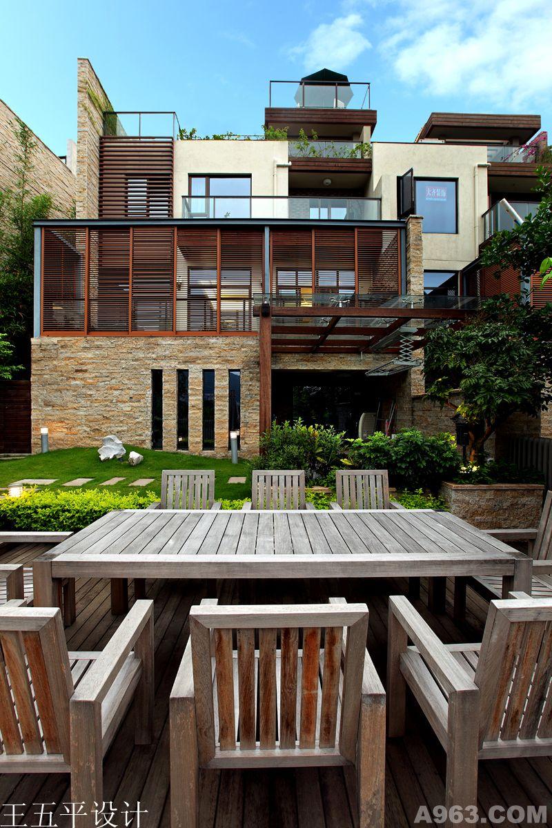 设计主题:生态,精致 项目名称:万科东海岸 开发商:深圳万科房地产开发公司 项目地点:中国 深圳 户型:别墅景观 设计面积:400平方 主要材料:户外木,鹅卵石,草坪,高仿草坪 东海岸,一个远离城市中央的地方,有着一份属于自己的私享空间,城市的节奏在这里业已被阳光海风,还有园区蟋蟀声所淡没,历尽铅华,唯有淳净,忙碌不是所有,慢生活才是回归。 景观设计是本案一大亮点,顶层屋面露台设计改造成一个高尔夫练习杆,负一层花园设计也层次叠出,草坪,步道,护外木架,休闲椅等,这些不无营造一个舒适,怡人的景观环境。