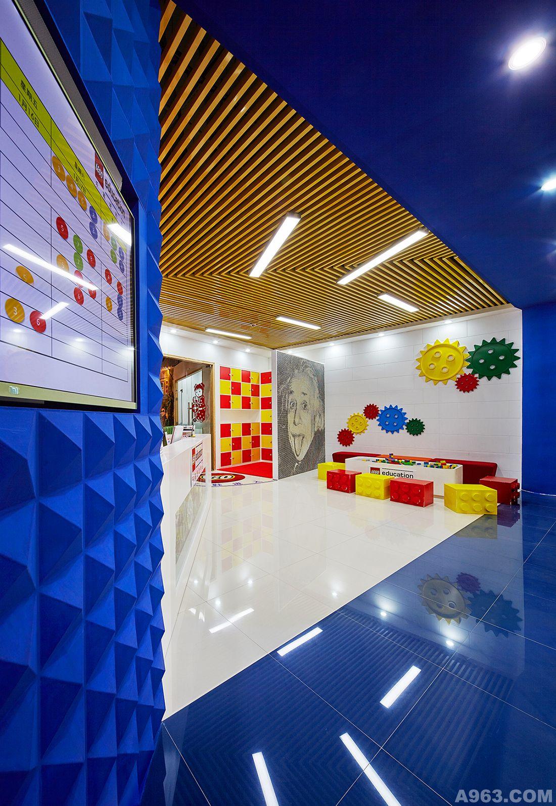 走进乐高,就宛如走入一个迷你世界,到处体现着LEGO文化。
