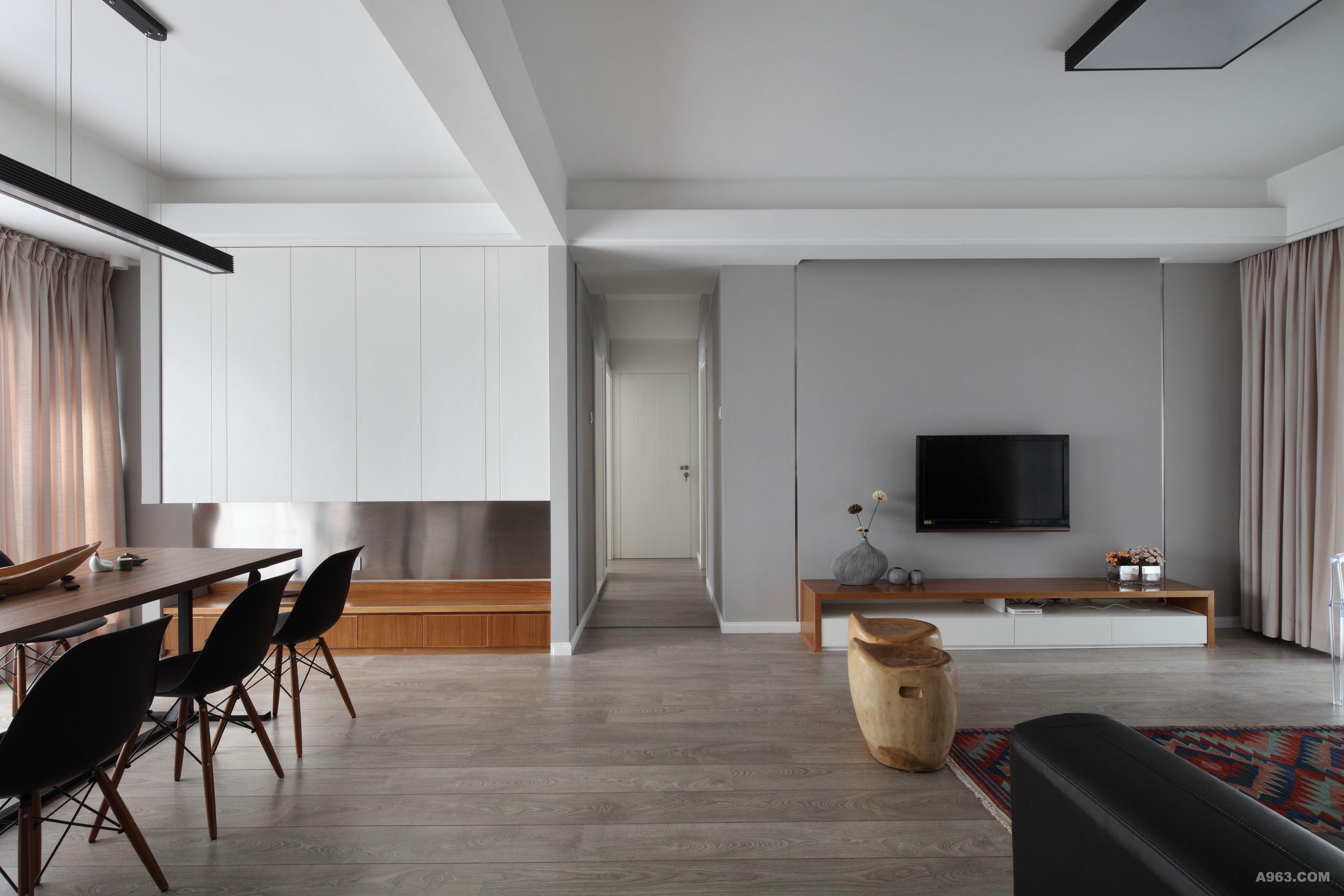 纯白色的装潢风格用于洗手间再好不过,一种简洁清爽的感觉油然而生.