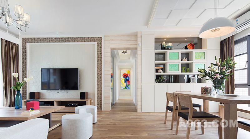 放眼客餐厅,家具的整套设施采用自然纹理的原木色,清爽平实的色调为装修带来干净整洁的视觉效果,彰显出清新的自然风尚。通过后期饰品的点缀,使对比感和层次感增强,给人耳目一新的感觉。