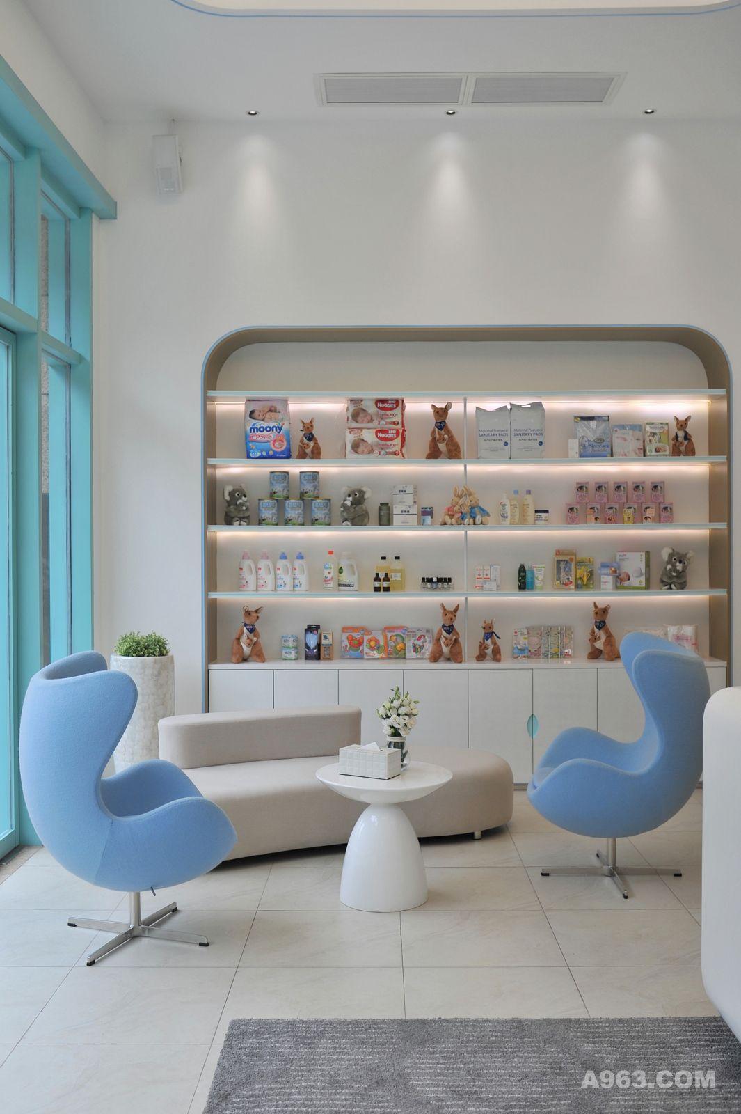 入门接待处,两把天蓝色蛋椅以其柔和的外观线条呼应着同样以圆弧形处理的内嵌壁柜,这一出自丹麦设计师雅各布森的经典设计成了门厅的亮丽风景线,高级羊绒布软包带来舒适亲和的坐感。柔和的设计往往能软化人的心绪,设计师希望以柔之意,让身处其中的人体悟这份内敛而不张扬的关怀。浓浓的母爱,正是如此吧!