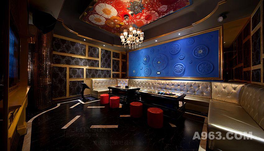 墙壁上的欧式手执壁灯,台前镜以及入口处的红艳吊灯,脸形装饰画,为