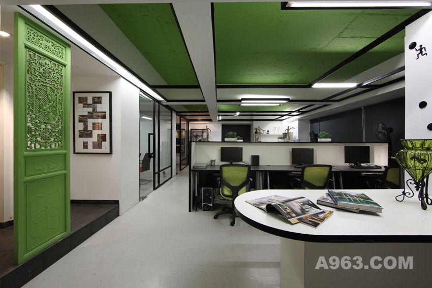 独立办公室设计与公共办公区设计则以透明玻璃为隔墙,使空间感开敞