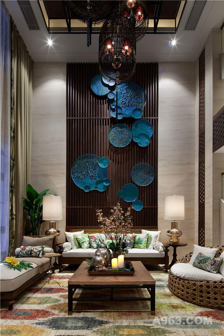 东南亚风的家具设计,配以植物为元素的色彩抱枕,使得空间充满了热带度假气氛