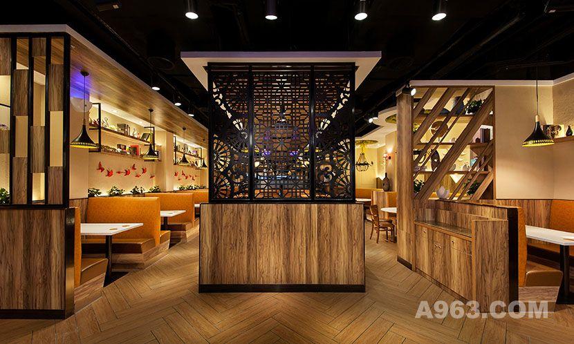 进入店内,从正中间看,方形与空间布局的放射线结合,呈现出对称的美感。