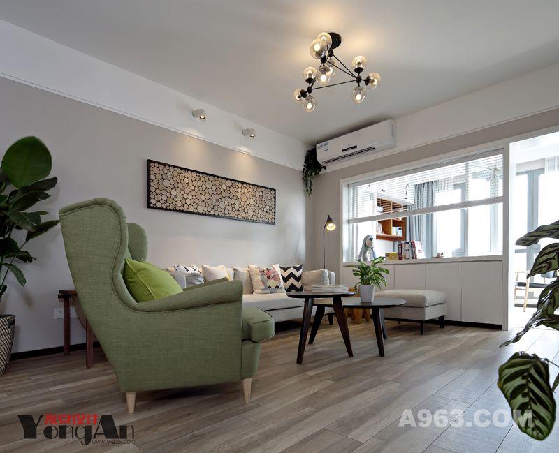 客厅:跟随镜头一眼望去,客厅映入眼前,布制的沙发抱枕,木色的茶几,角落里的落地灯,还有沙发背景墙上别致的挂画,一切显得和谐又舒适。