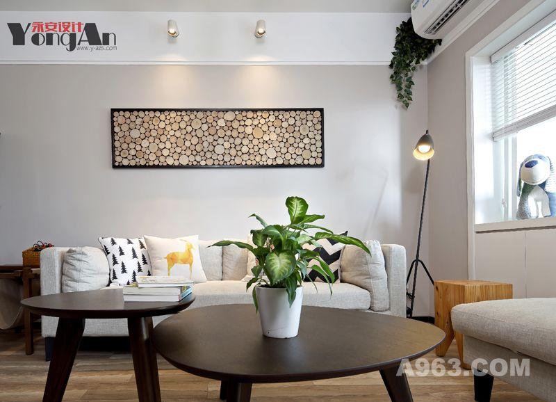 沙发近景:轻移脚步往前走去,来到了沙发前,除了舒适柔软的布制沙发,还有不经意间的绿意,感觉空气都更清新了呢。