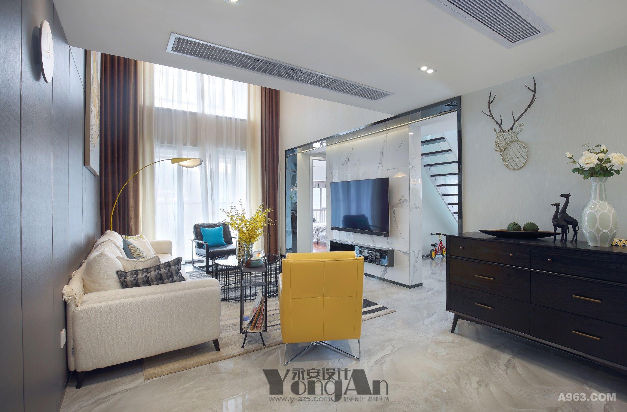 客厅:黄色的沙发,墙上的麋鹿,让淡雅的客厅活泼起来。总有那刺激你内心深处的一抹黄。