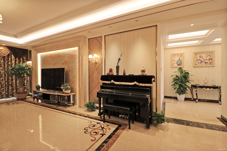 本次设计方案以白色调为主, 客厅沙发与电视背景应用大理石线条,微晶石结合一起。素雅的壁纸发出的是淡雅清新的现代简欧味道,时尚精细和贵气的沙发与电视背景墙相得益 彰,让整个客厅营造出时尚、高贵、轻松、愉悦的视觉感空间,营造出一个朴实之中的时尚 简欧家居设计;
