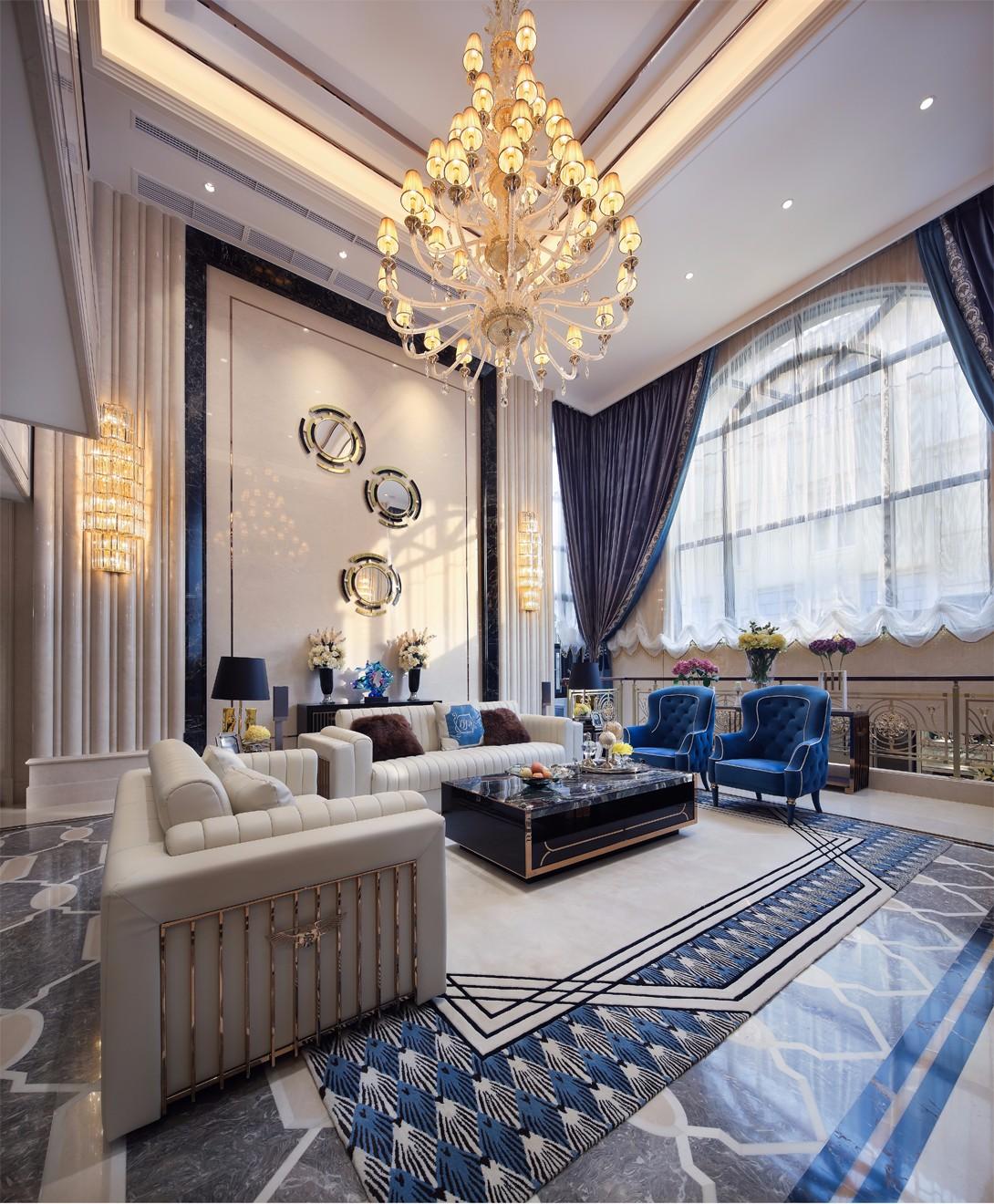 客厅采用挑空的设计布局,瞬间给人一种大气、奢华的视觉感受,再配以时尚纹样的蓝色大理石作为墙地面的装修用材,香槟金不锈钢条作为点缀,奢侈品牌家私与精致配饰锦上添花,丰富色调的同时凸显了空间的时尚典雅。阳光透过大落地玻璃窗照射进来,通透的空间散发时尚奢华的气质。