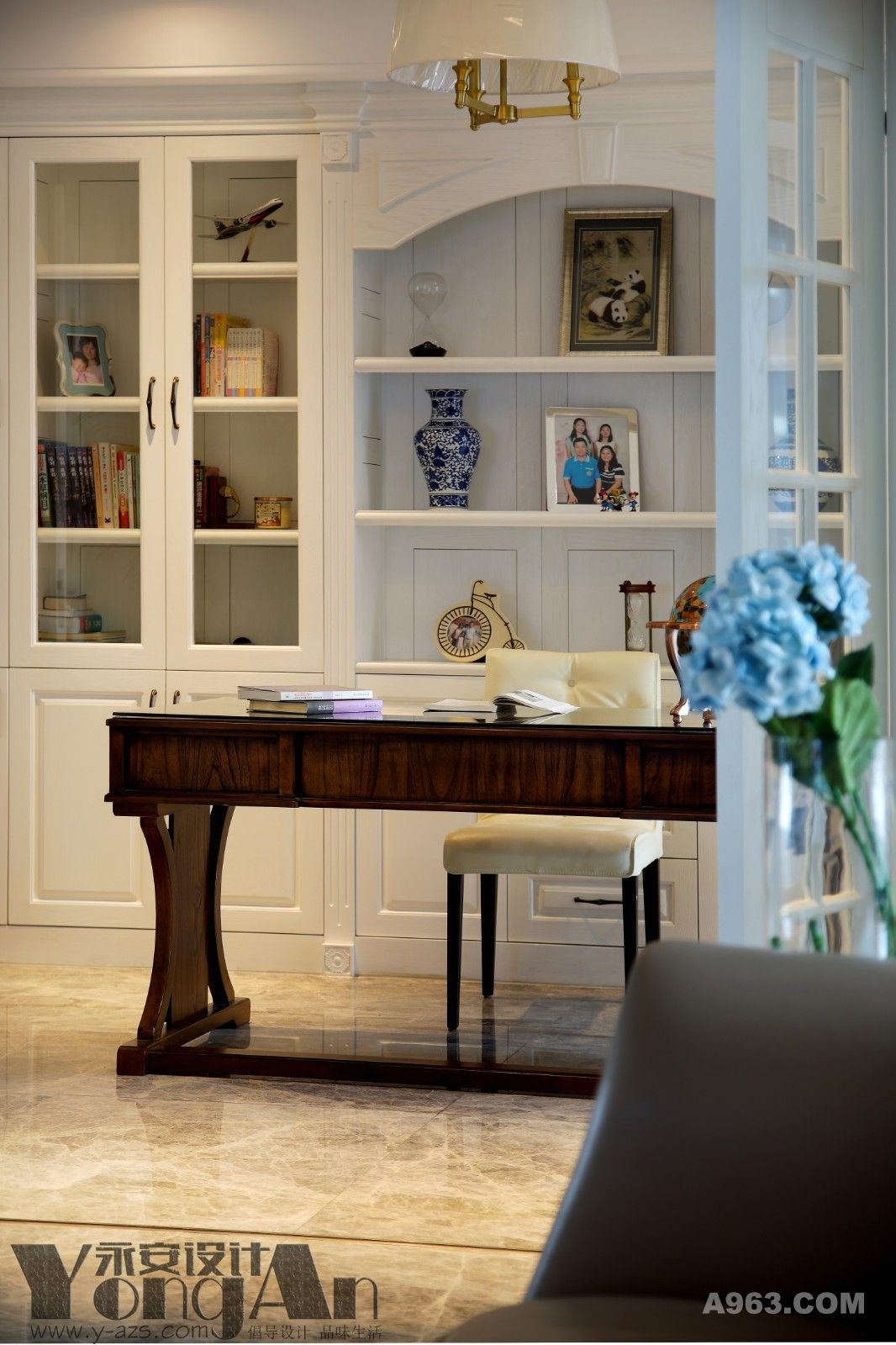 书房:书本与摆件安置在大书柜上,一幅幅合照都是全家满满的爱意。
