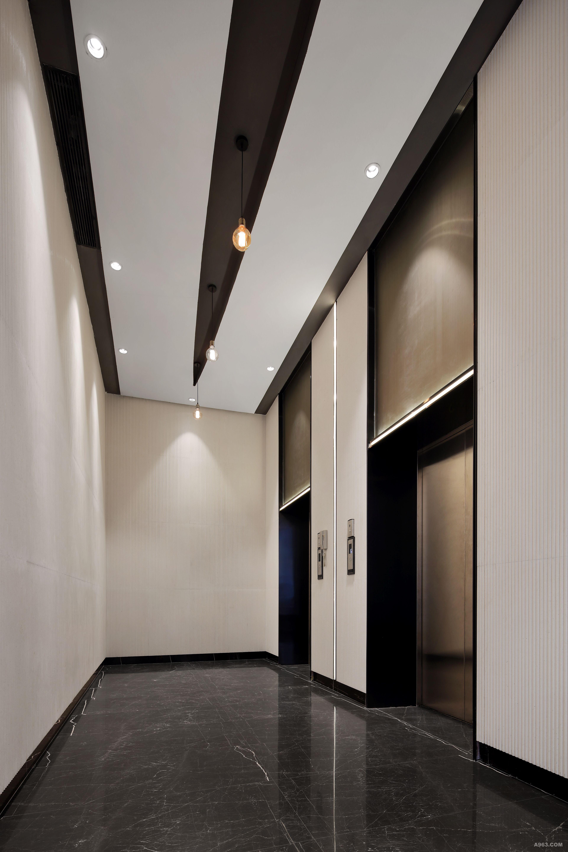 项目名称:汇隆控股办公楼设计 项目面积:建筑总16000m² 专案性质:办公楼设计 主设计师:林志豪 设计团队:HCL设计事务所 这座办公楼外观建筑坐落于观澜地处深圳市龙华新区,如此大气的建筑真难以用言语来为它形容,如何用一字一话来形容设计师设计的灵感与背后的故事呢?