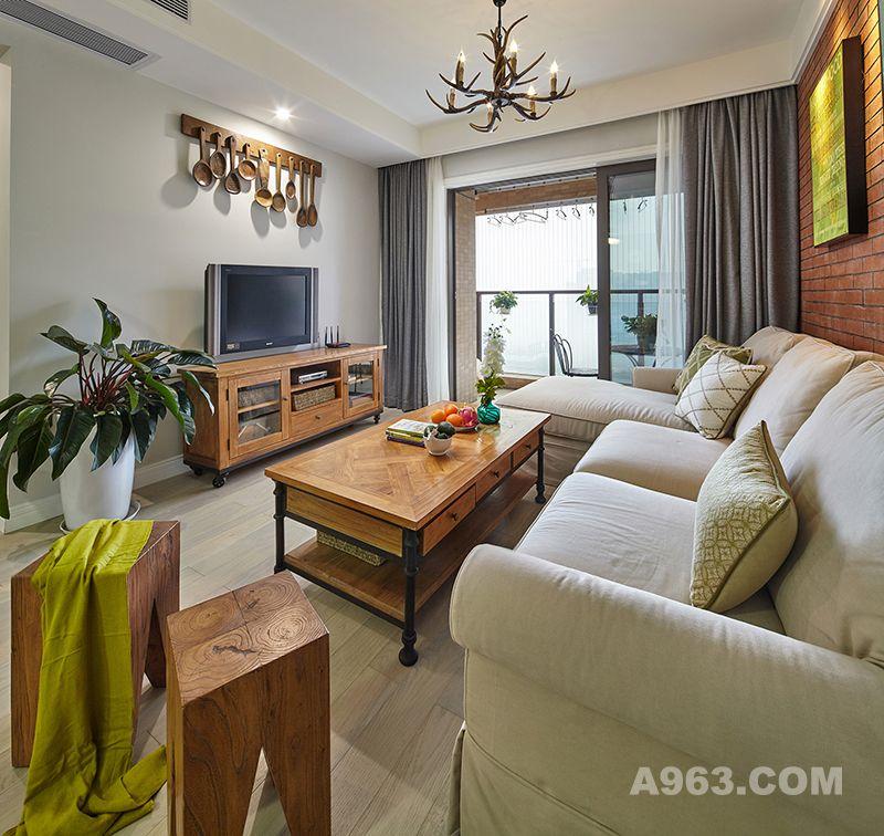 客厅家居整体个性更趋向于现代时尚,但这其中还是有不少复古家具,像造型别致的吊灯、墙面上的工艺摆件、老旧的电视机等等,原木和金属框架结合在一起形成一个温暖的工业风格。实木坐凳不用时可堆起放置一旁,约三五好友聚聚,即可发挥它的实用性,不会显得空间紧凑。