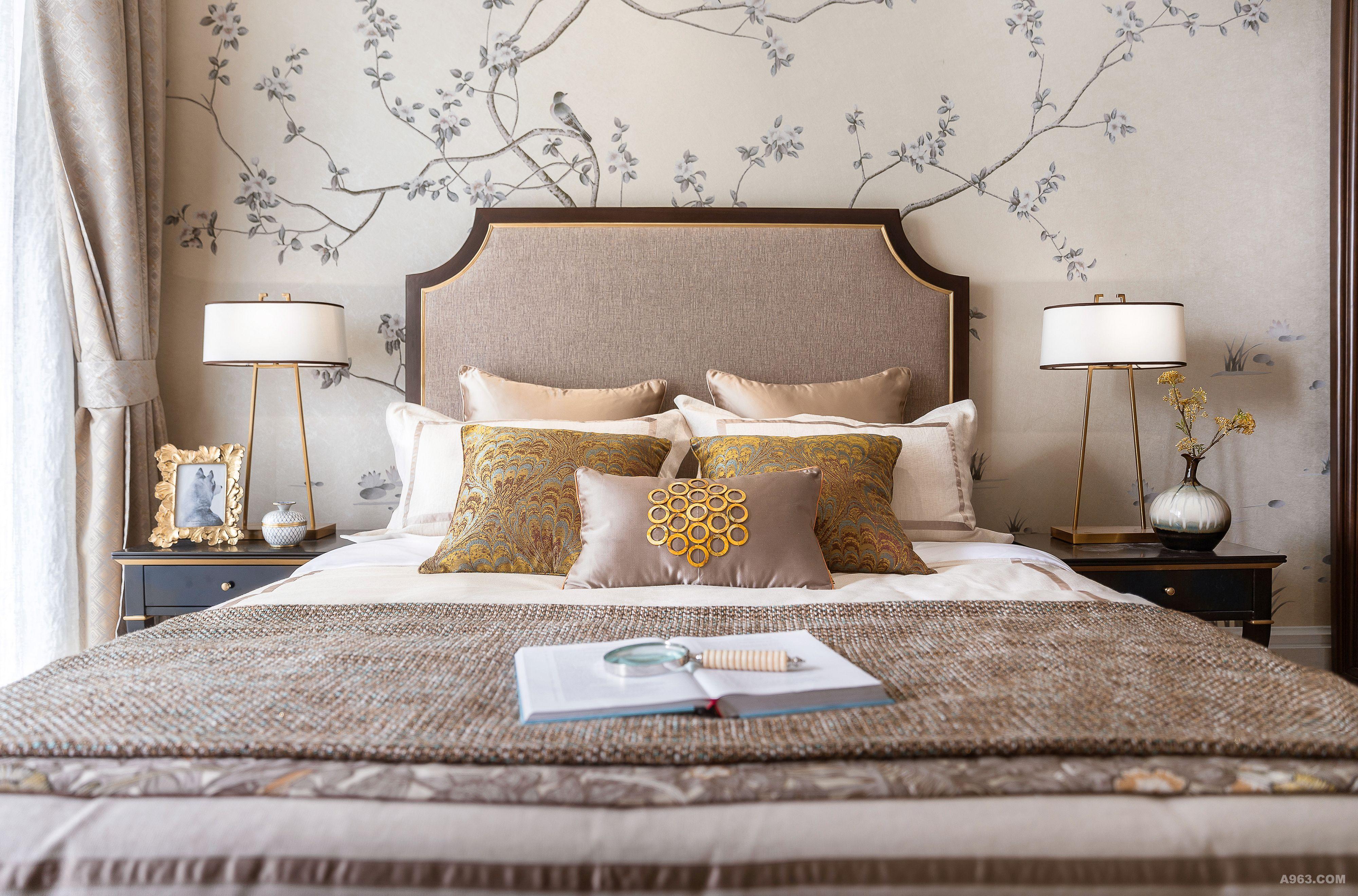 长辈房床头背景墙的中式传统的花鸟图案与欧式家具饰品的搭配,让空间