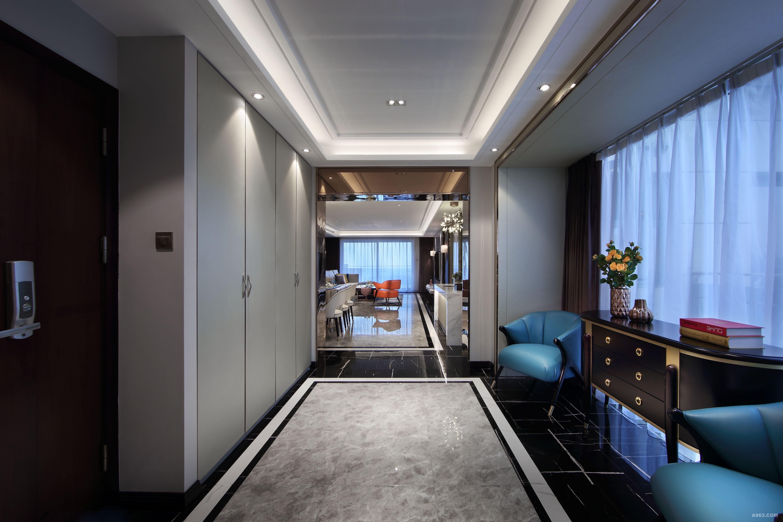 玄关装饰柜(来自vitaCASA 家具定制中心) 胡桃木色为底色,金属色来勾勒点缀细节,形体别致,给进入空间的第一眼带来不一样的视觉冲击。 白的天花 灰的墙 玫瑰色金属勾勒出空间的张力 棕色窗帘 胡桃木色家具灰蓝造型沙发 带来空间的宁静与归属感 在推开门的瞬间 感受到你的存在