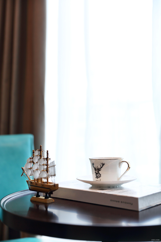 米白色实木相框摆件 米色相框搭配在美式胡桃木的床头柜上,更增添一丝宁静优雅,适宜卧室空间。