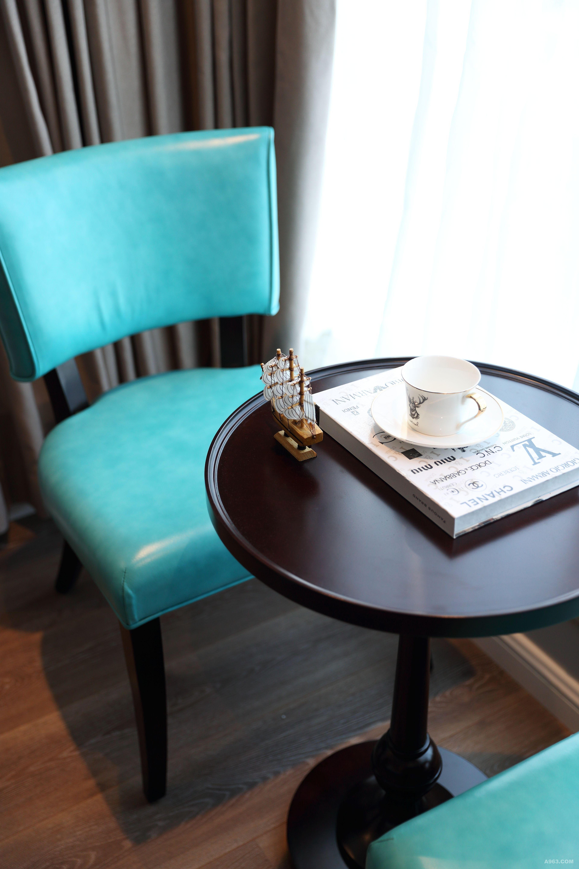 孔雀蓝休闲椅(购于维塔CASA 软装定制中心) 阳光透过玻璃柔和的洒在落地窗边的蓝色休闲椅上,给卧室空间增添一抹亮色,休闲里尽显品质。