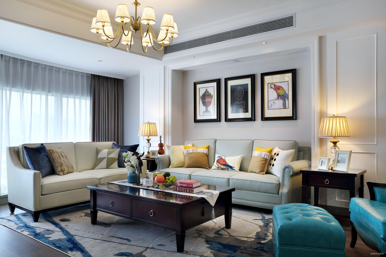全铜客厅吊灯 全铜的框架,曲线的造型,米色布艺灯罩,暖黄的光源,柔和而温馨。